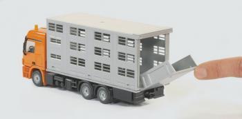 SIKU Super Transportér pro přepravu hospodářských zvířat + 2 krávy