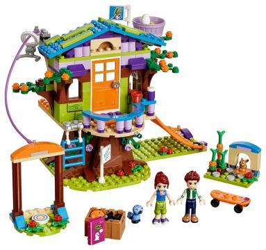 Mia a její domek na stromě